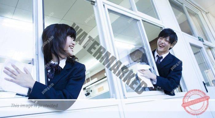 Японские ученики моют окна в школе