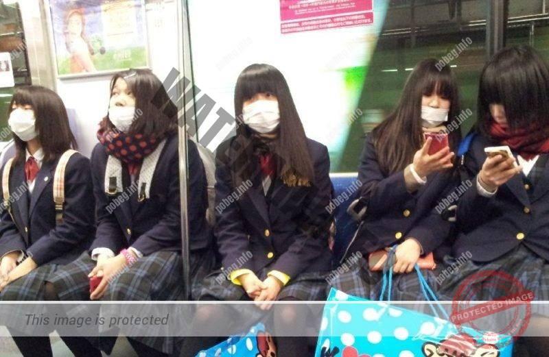 Японские школьны в масках в метро