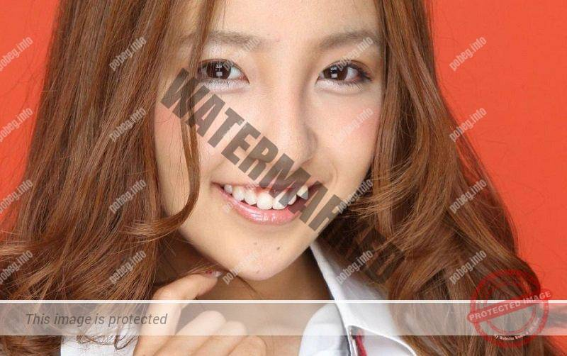 Японская девушка с зубами в стиле яэба