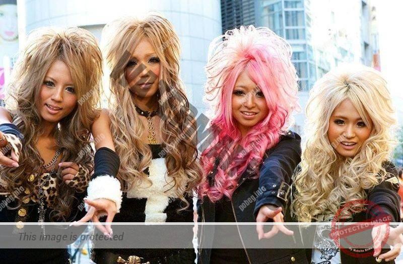 Четыре японские девушки в стиле гангуро на улице
