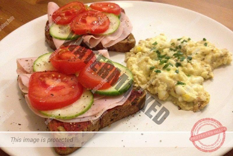 Обычный немецкий ужин: бутерброды и картофель пюре