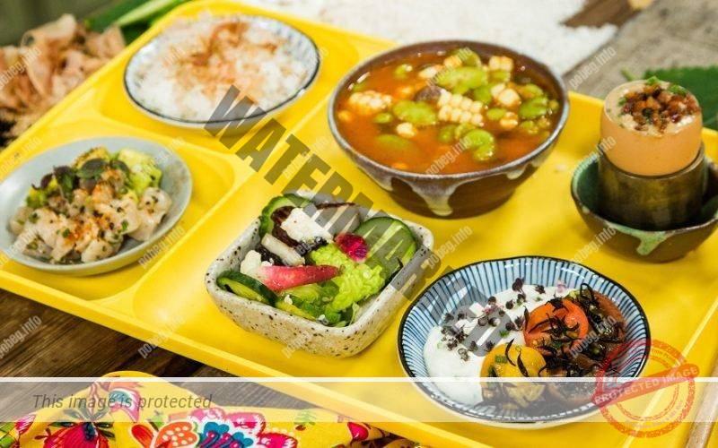 Традиционный японский завтрак на подносе