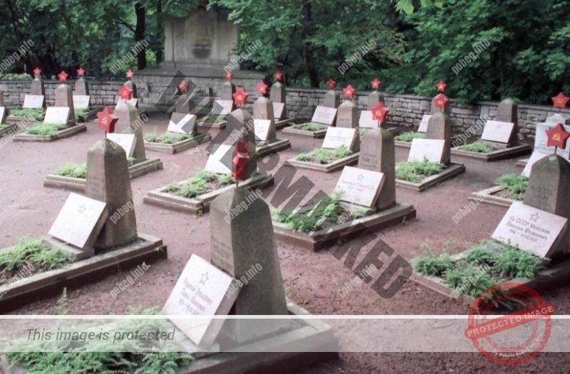 Могилы советских солдат на военном кладбище в Эйслебене, Германии