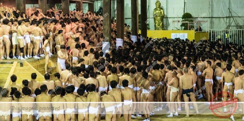 Мужчины на обнаженном фестивале Хадака-мацури в Японии
