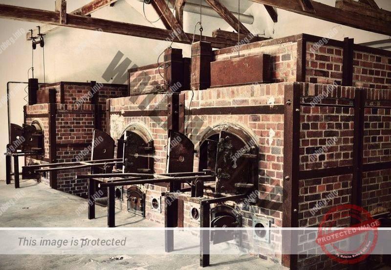 Старое цветное фото печей крематория в концентационном лагере Дахау